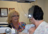 Mammografitekniker Teresa Ropbitaille hjälper patient. Foto: Brandy Gill, Army Medicine - Flickr.com, CC BY 2.0