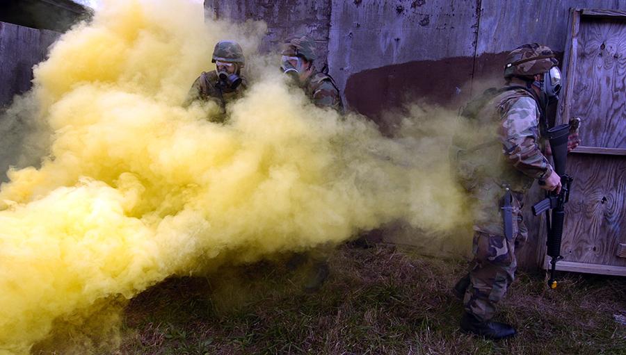 US Navy tränar tränar att handskas med en kemisk gasattack. Foto: Mate Johnny Bivera för U.S. Navy (public domain)