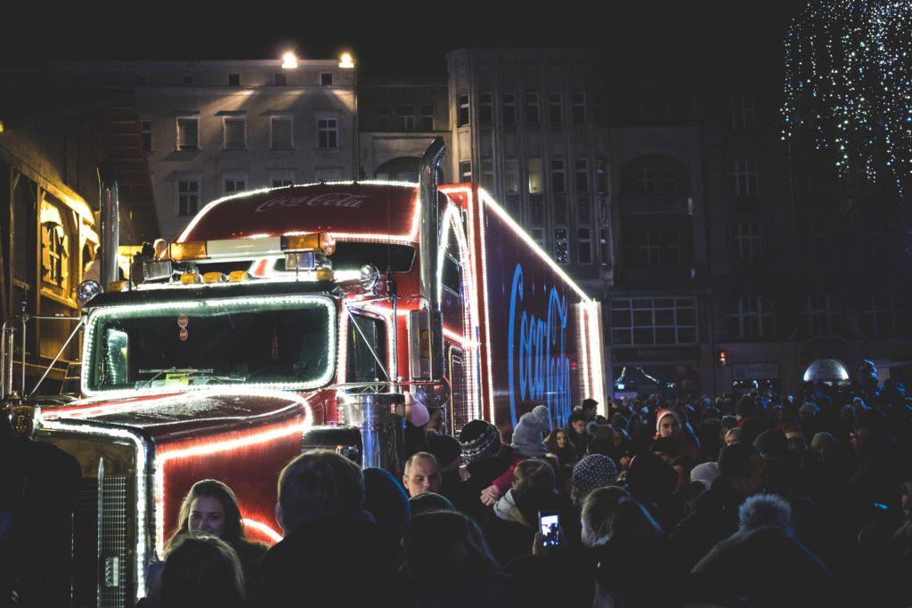 Bild på Coca-Cola lastbil. Foto: Mateusz Dach Licens: Pexels.com (free use)