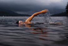 Bild på en man som simmar. Foto: Todd Quackenbush Licens: Unsplash (free use)