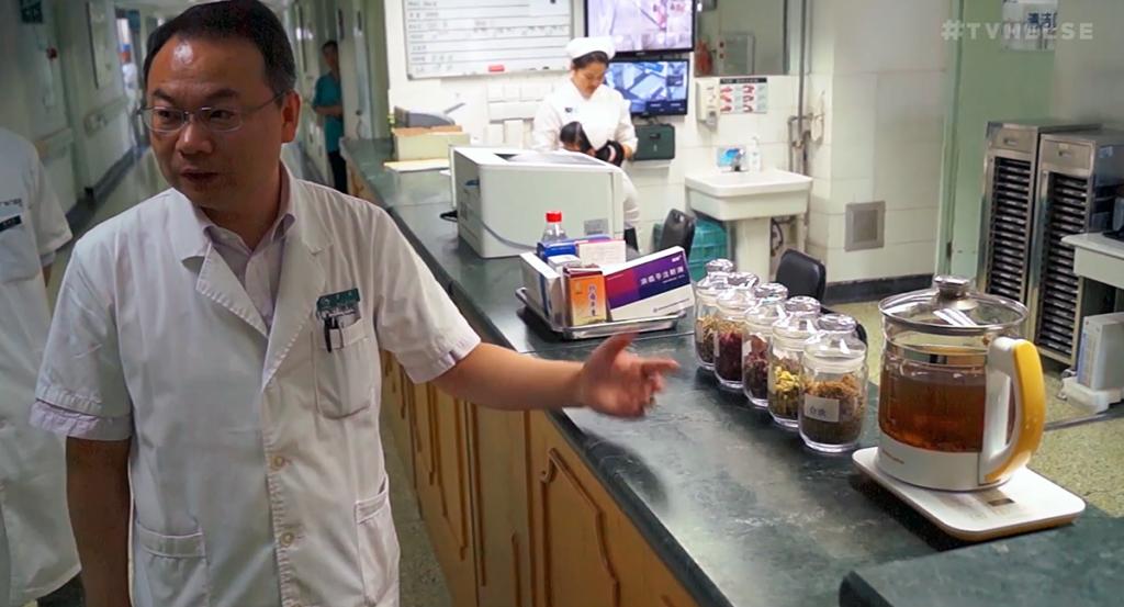 Dr Peiwen Li vid Gaung'anmen Hospital i Kina förordar örtmedicin mot cancer för äldre patienter. Foto: Arnt-Olav Enger, TV Helse Norge