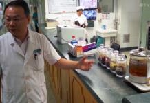 Dr Peiwen Li vid Gaung'anmen Hospital i Kina. Foto: Arnt-Olav Enger, TV Helse Norge