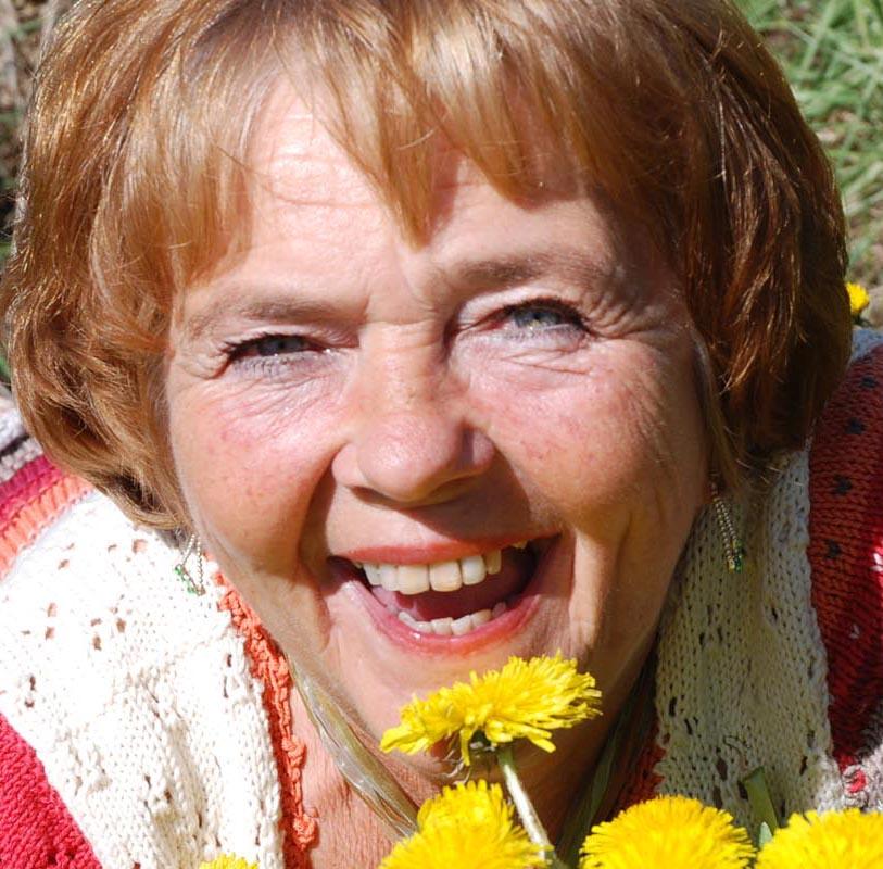 Rita Korsmo gör medicin på maskros, brännässla och kirskål. Foto: Berit Kvifte, TV Helse Norge